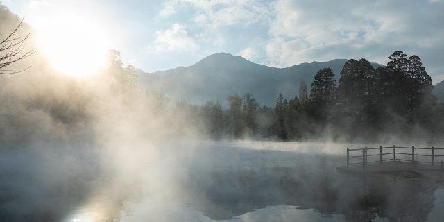 湯けむりが立ち上る金鱗湖