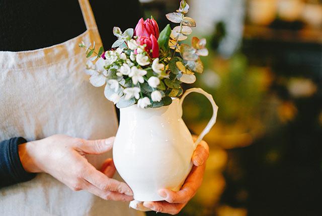 白いピッチャーに生けられた花