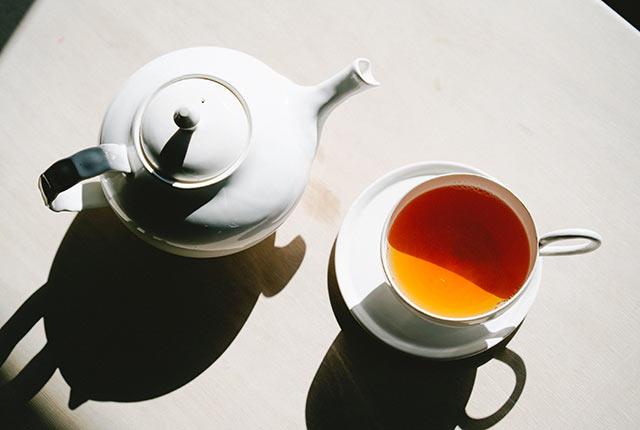 磁器作家・坂本和歌子さんのティーポットとカップ