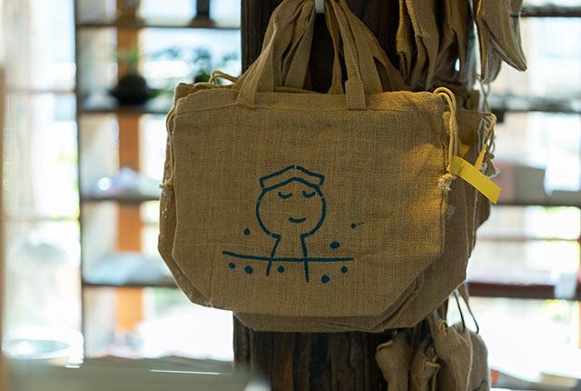 麻の巾着バッグ