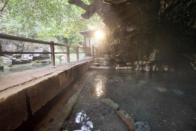 半洞窟の混浴露天