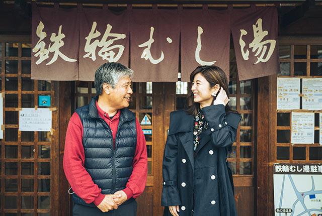 談笑する宇賀さんと八坂宏明さん