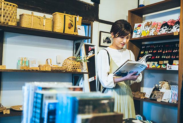 アート本を熟読中の宇賀さん