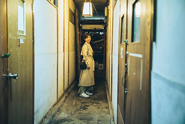清島アパートを訪問する宇賀さん