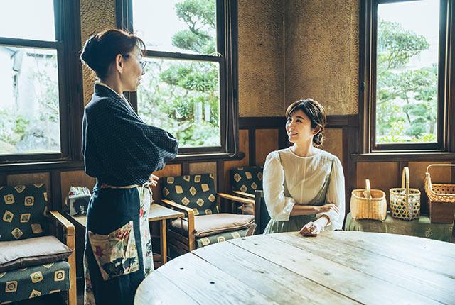 山田るみさんと談笑する宇賀さん