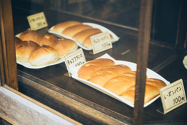 素朴な見た目のパンが並ぶ