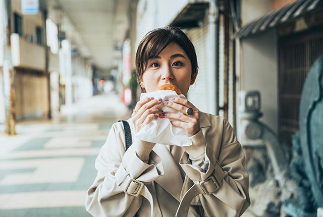 パンを頬張る宇賀さん