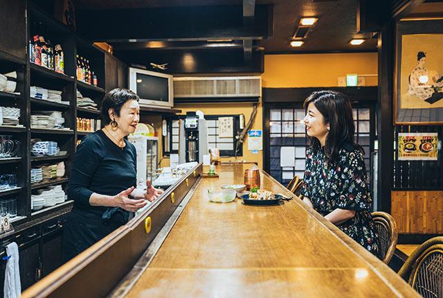談笑する店主の森宏子さんと宇賀さん