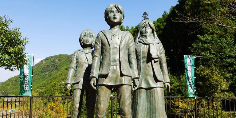 エレン・ミカサ・アルミンの少年期の銅像