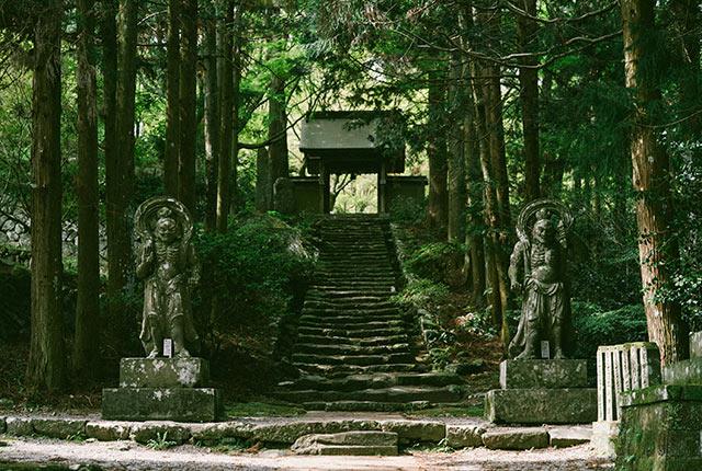 両子寺の山門に続く石段