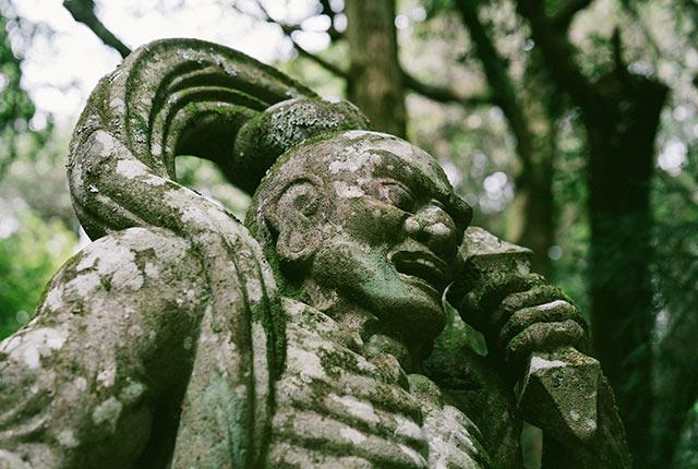 石造の仁王像