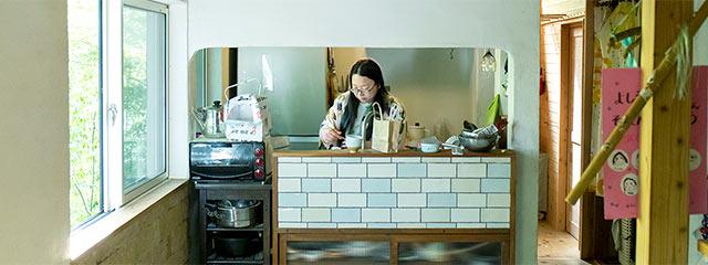キッチンに立つ福田さん