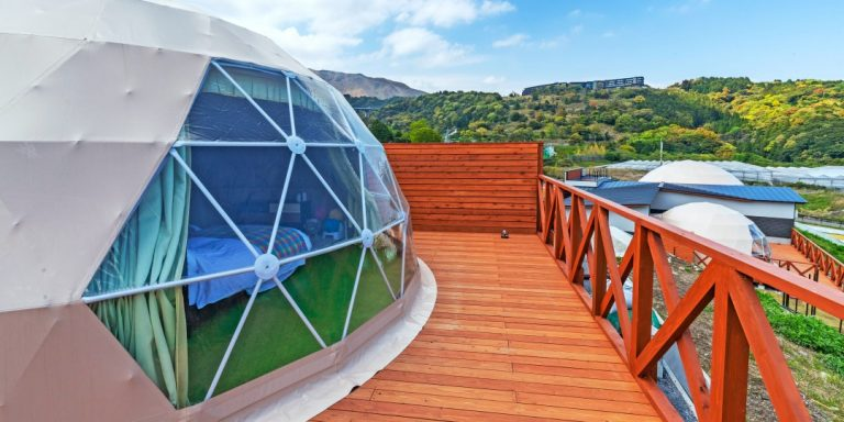 グランシア別府鉄輪のテントと周辺に広がる雄大な自然