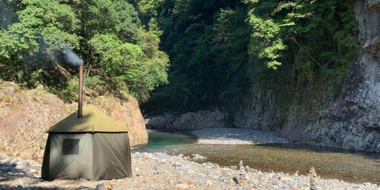 川のほとりに建つテントサウナ