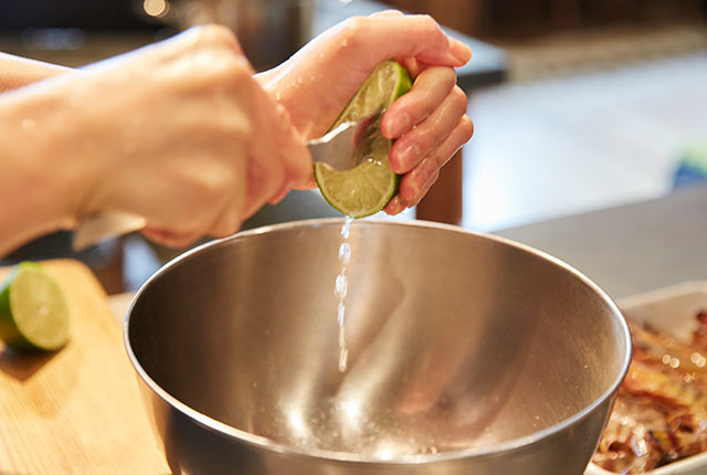 ライムにフォークをさして搾る