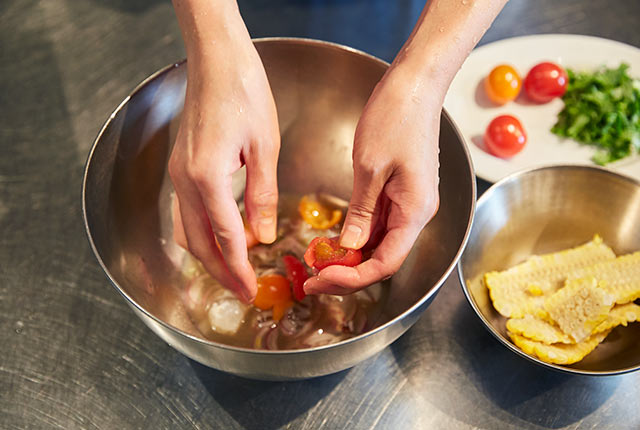 ミニトマトを割く