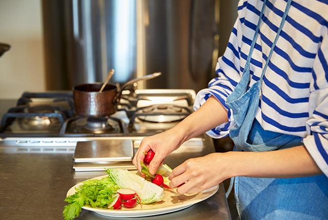 野菜を皿に盛り付け