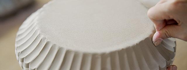 皿に花びらのような造形をつける作業