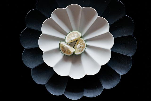 白と黒の臼杵焼の皿
