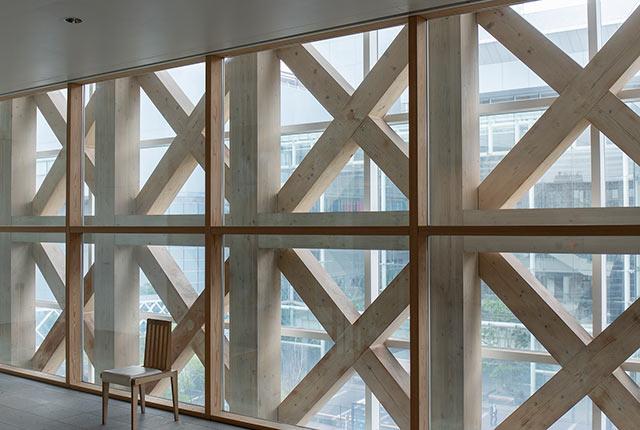 木材をクロス状にあしらった館内デザイン
