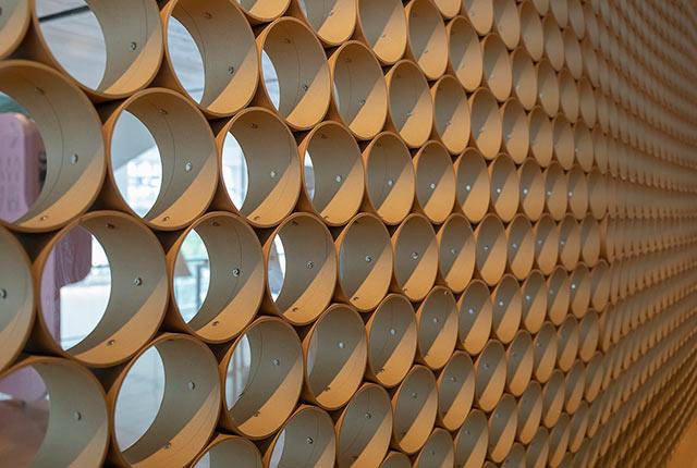 紙管が使われたカフェの壁