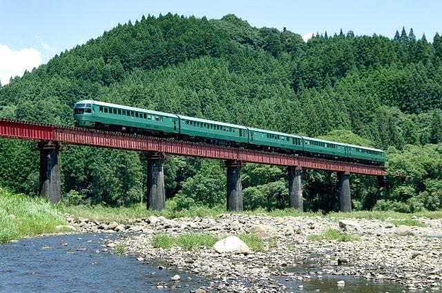 豊後中川と豊後三芳間の橋梁を渡る「ゆふいんの森」