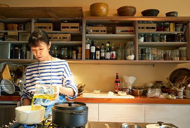 オリーブオイルを鍋に注ぐ